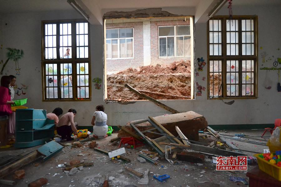 幼儿园 福建/莆田忠门中心幼儿园老师和保安在清理教室