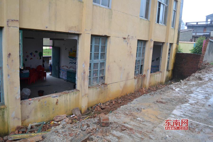 幼儿园 福建/外墙倒塌,莆田忠门中心幼儿园一楼三间教室窗户被砸破