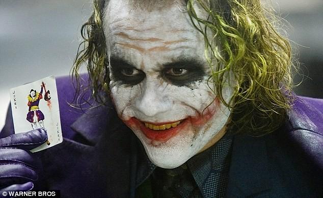 《蝙蝠侠2:黑暗骑士》小丑剧照-蝙蝠侠 小丑 死亡日记曝光 生前入戏