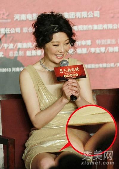 超短裙是女星必备的性感利器,虽然徐帆已不年轻了,但是仍然有性感