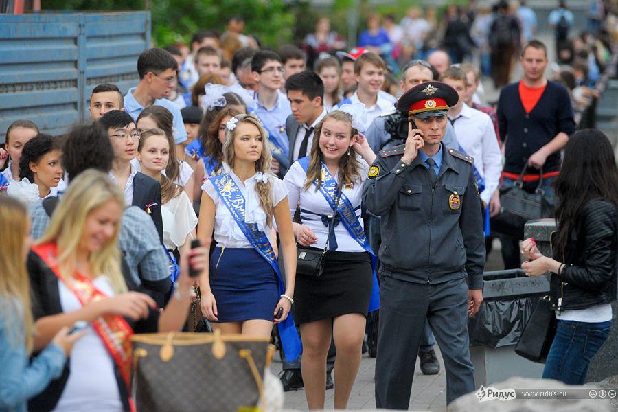 俄罗斯军校漂亮女生毕业 彩带舞会各种狂欢