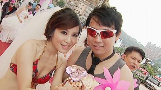 台湾联合婚礼 新娘挺大肚穿比基尼吸睛(图)