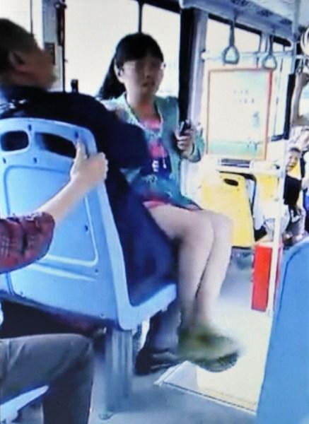 奇葩女再现 成都女子为公交车上抢座坐老大爷腿上