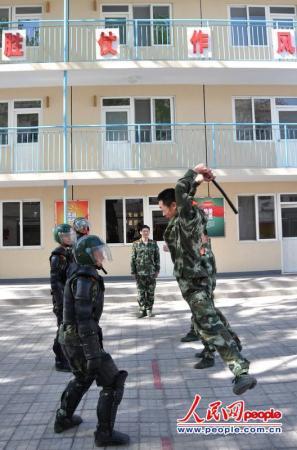 中国武警特战与俄内卫部队举行混编联合训练图片