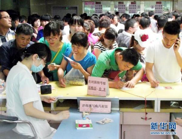 在南京市儿童医院门诊大楼挂号大厅