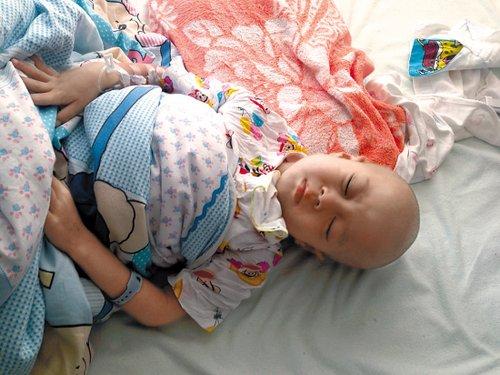 四岁龄童患罕见淋巴瘤 孪生哥哥两年前病亡 图
