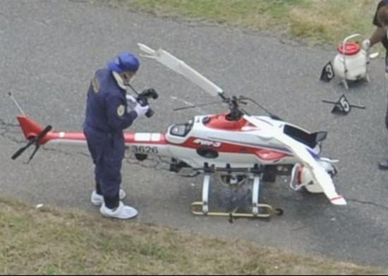 圖為死亡男子用來噴灑農藥的無線遙控直升機   據日本《産經新聞》7月18日報道,日本千葉縣一名男子近日在操縱無線遙控直升機進行噴灑農藥時遭遇不測。因在操控直升機降落期間,該男子未能控制好距離,頭部遭直升機螺旋槳擊中身亡。   據報道,18日上午7時35分左右,千葉縣君津市大戶見的市道上,一名操縱無線遙控直升飛機的60歲男性在接觸高度下落的直升飛機時,頭部被飛機擊中而遇難身亡。據悉,此直升機旋翼直徑約為3米,高度約為1.