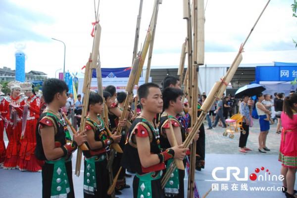 少数民族演员在开展仪式上表演民族乐器芦笙-中国 贵州 国际民间工艺