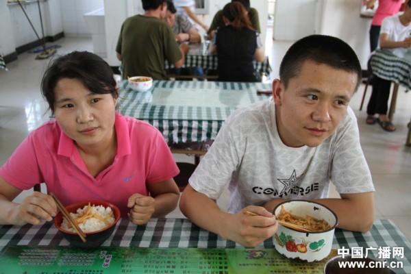 两个聋哑人在企业相识结结婚(中广网记者 廉军 摄)-宁夏举办残疾人
