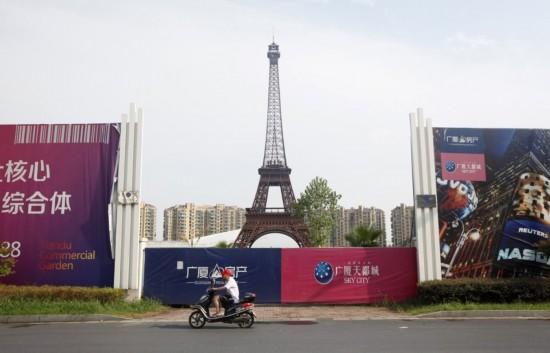 仿造巴黎传统建筑,而且竟然还有模仿得惟妙惟肖的埃菲尔铁塔.