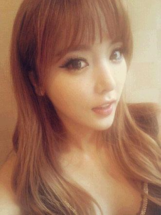 竟是同一个人?韩国美女歌手不同角度照片引热议图
