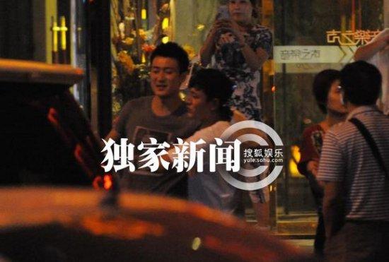 李小璐夫妇携友唱歌欢聚 贾乃亮与人拉扯引围