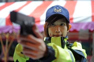 台湾美女警察(图片来自台媒)-从帅气女警到英勇女军官 台媒盘点台