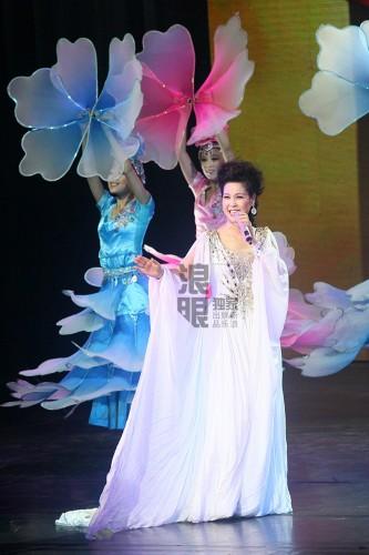 庭审 晚上登台总政歌舞团演出 高清组图