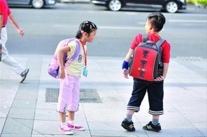 小学生背书包上学图