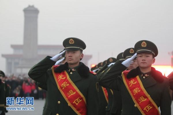 队即将退伍官兵向国旗敬礼