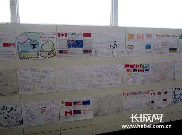 学生们自己制作的英语手抄报.第四小学供图