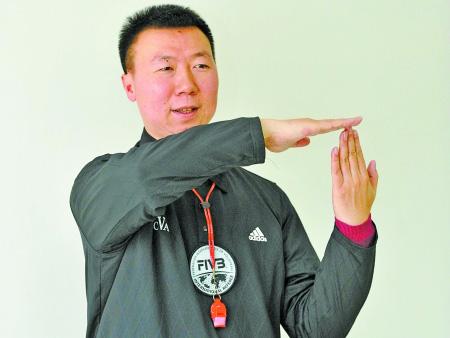 国际级排球裁判苟明正在向记者解释排球比赛中裁判手势的含义 记者