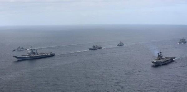"""印度海军最强阵容:双航母编队""""走秀"""""""