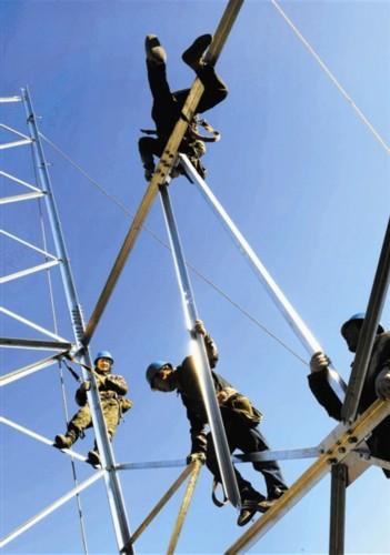 电力建设队伍工作在蓟县山间:筑塔送电的开山人