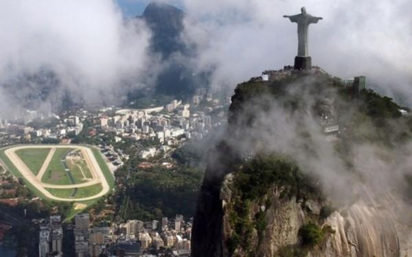 雷电致巴西里约热内卢标志建筑耶稣像右指残缺 图
