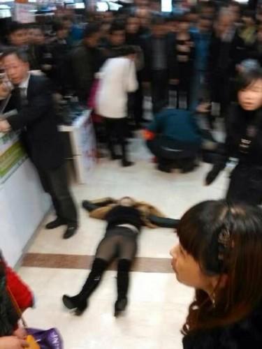 商场内女子坠楼砸中男顾客 女死男重伤图片 39973 375x500
