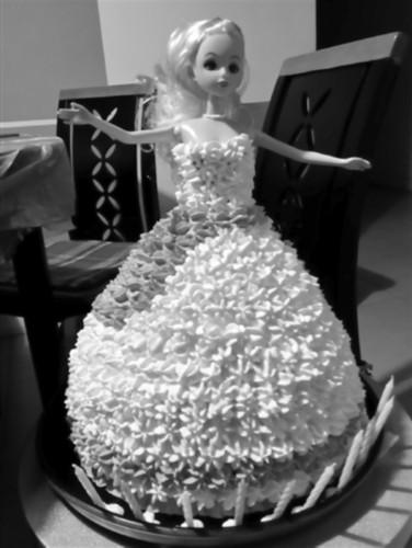 女儿爱吃蛋糕,老爸diy 女儿生日蛋糕是芭比娃娃_中国