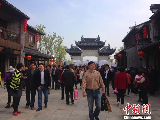 国家历史文化名镇无锡荡口开街 万余游人寻古迹
