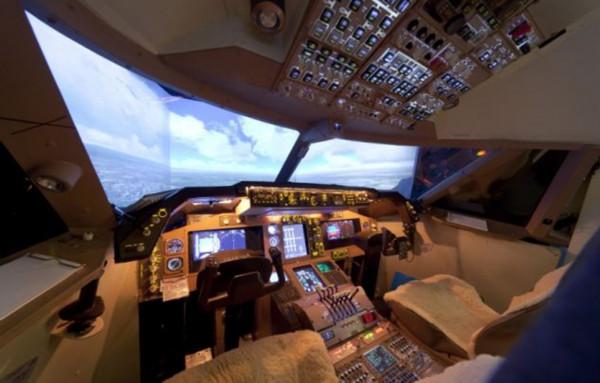 英男子将卧室改造成飞机驾驶舱
