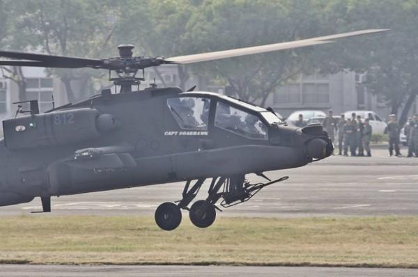 台军一架阿帕奇直升机坠毁在民宅屋顶 高清图片