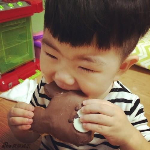 之前走红的韩国喜感小正太近日再曝一组萌图,小正太可爱十足,有网友