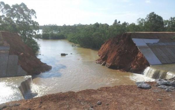 广东雷州投近7亿改造运河突然决口30米 数百亩农田被淹