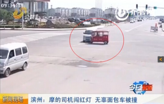 滨州一摩的司机闯红灯撞上面包车 下车后竟上火动手
