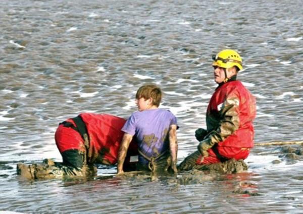 英少年垂钓误入流沙幸获消防员救助