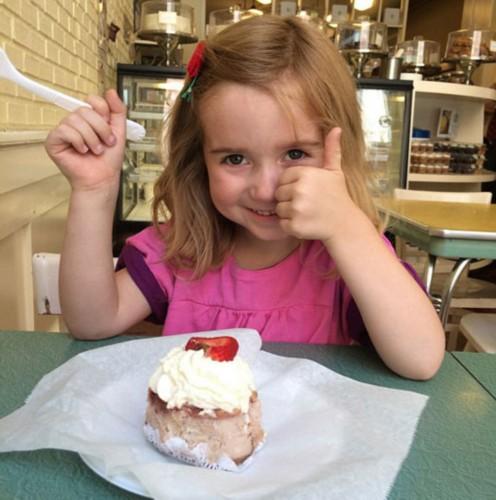 四岁可爱小女孩市政厅亮招牌求当花童