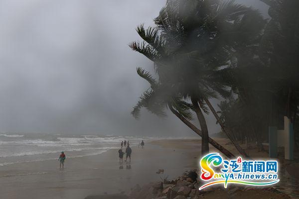 三亚受台风影响较小 部分路段有积水机场旅客