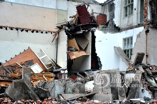 房屋坍塌现场 ,消防救援人员正在拉警戒线    现场看到,坍塌的房屋