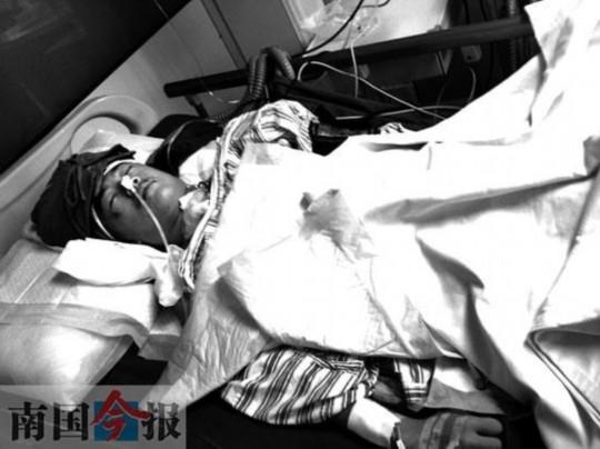 图为柳州市工人医院神经外科监护室内尚未苏醒的被打男生舒红.