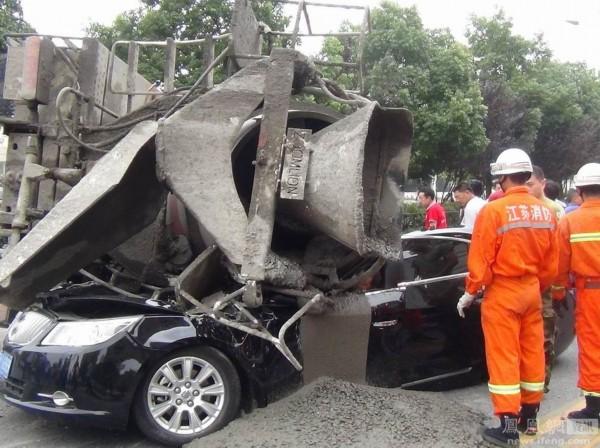 7月28日中午12点40分左右,扬州江都区华山路,一辆装载25吨混凝土的混凝土搅拌车行驶中侧翻,将对面一辆别克轿车车身压扁,大量混凝土倾覆。轿车司机被困在狭小空间内,身体被卡,腿部还被混凝土糊住,已经部分凝固。