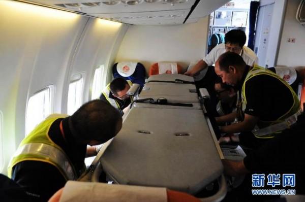 高清:民航公司改装飞机座椅转运地震灾区伤员