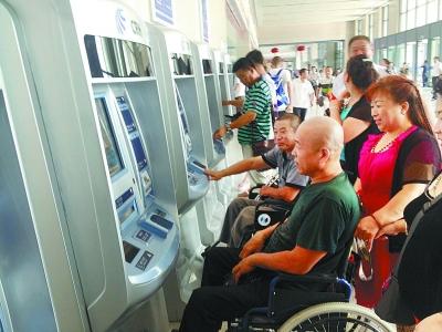 肢残人活动日:残疾人体验无障碍自动售票机