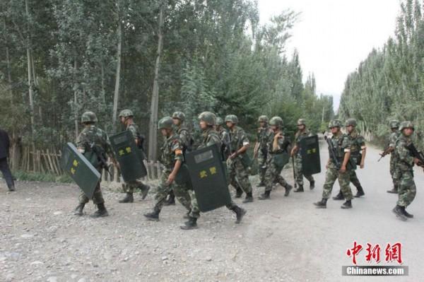 实拍新疆武警持枪搜捕逃逸暴徒
