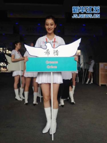 青奥会开幕式:入场式美女大学生引导员获称赞