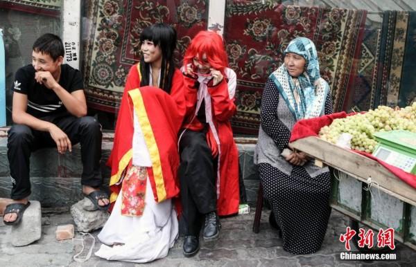乌鲁木齐高中生街头上演cosplay秀_高中中心_宣誓书新闻图片
