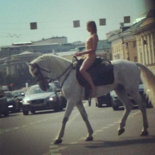 莫斯科市中心现高挑美女裸骑白马图