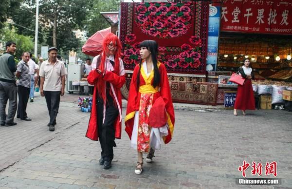 乌鲁木齐高中生街头上演cosplay秀_评语中心_新闻高中老师200字图片