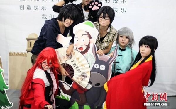 乌鲁木齐高中生街头上演cosplay秀_新闻中心_高中生平板电脑图片