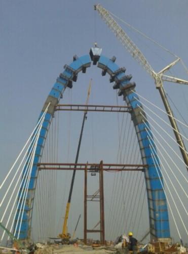 特别是主塔的钢结构安装,由原来的支架拼装方案改变为挂索吊装施工