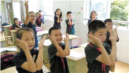 小学英语老师教字母操:做一套学会26个字母(图