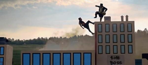 创意!男子疾驰火车上拍摄真人游戏视频